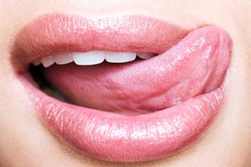 خیس کردن پوست لب از طريق بزاق دهان از عوامل اصلي خشكي لب ها است